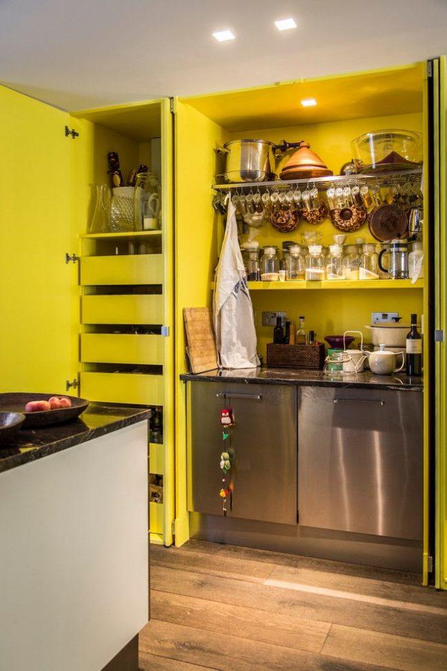 Яркая эклектичная кухня со множеством баночек и колбочек для хранения специй