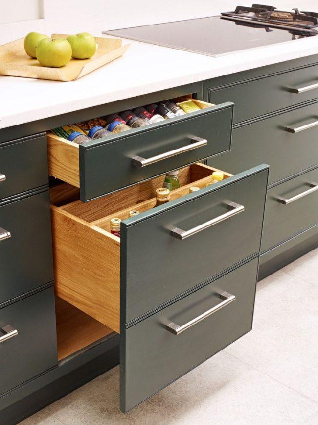 Современная кухня с ящиками для хранения специй