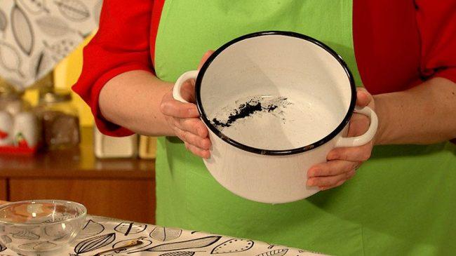 Чтобы очистить дно эмалированной кастрюли от пригоревшей пищи необходимо постараться
