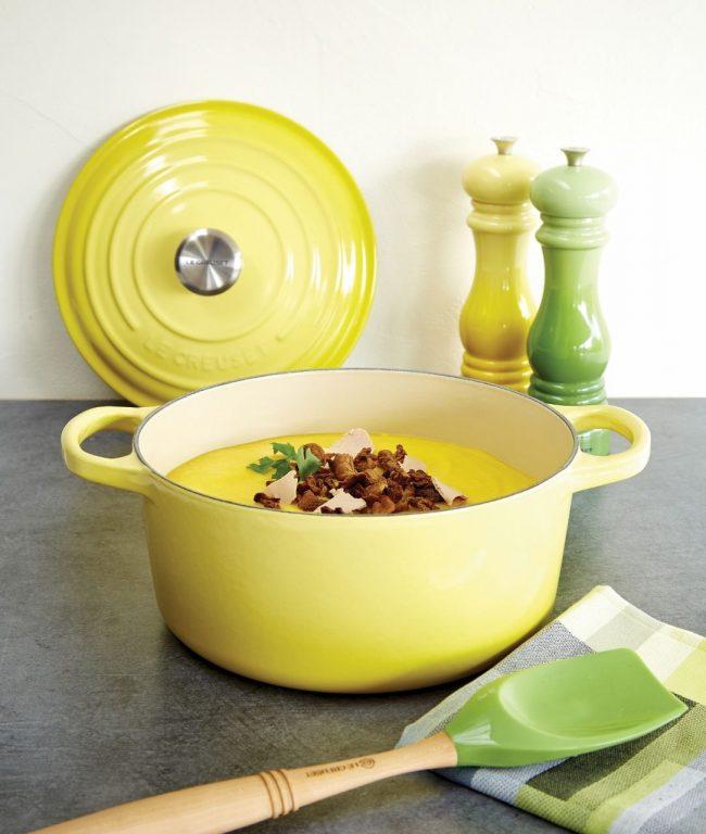 Подобные эмалированные кастрюли являются украшением кухни