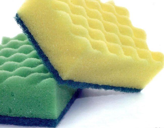 Для чистки эмалированных кастрюль лучше использовать обычные губки
