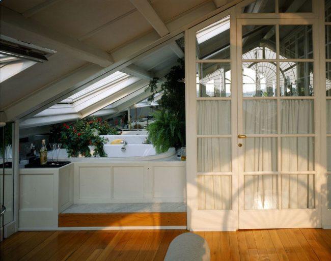 Маленькое помещение под крышей можно несколько увеличить за счет белого цвета и обильного естественного света из окон