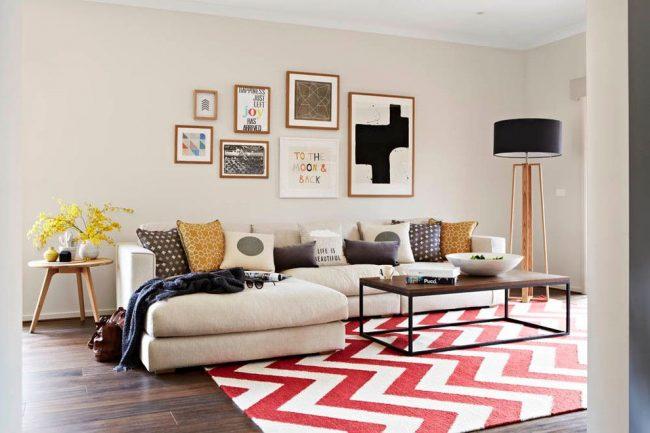 Светлая мягкая мебель и небольшая каркасная мебель помогут не загромождать пространство и тем самым его визуально увеличить
