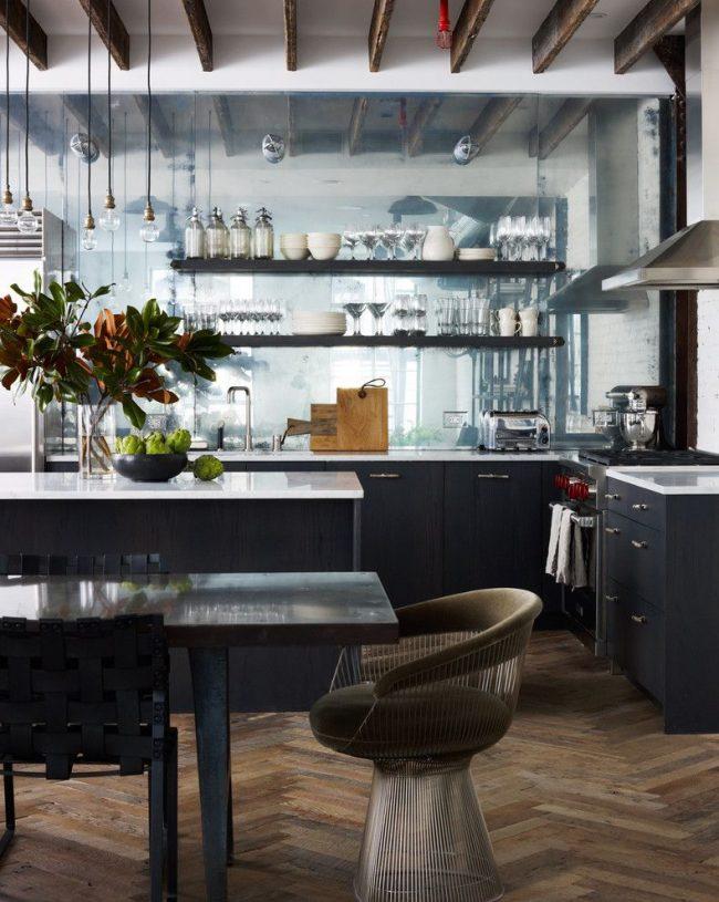 Фартук из зеркальной плитки на кухне визуально расширяет пространство
