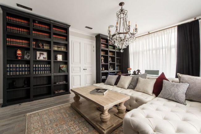 Белый цвет в классической гостиной приподнимает потолок