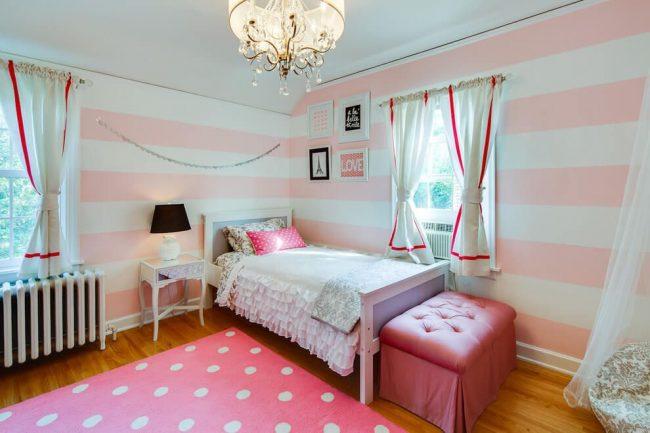 Обои из широких горизонтальных полос увеличивают площадь небольшой спальни