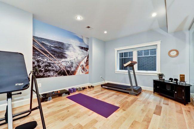 Домашний тренажерный зал с фотообоями на одной из стен