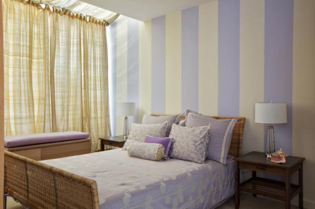 Спальня в пастельных тонах с широкой вертикальной полосой на стенах