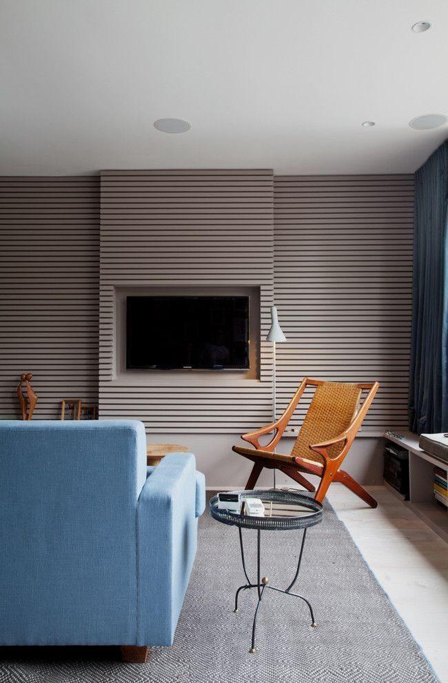 Современный интерьер гостиной с серыми обоями с горизонтальной полосой