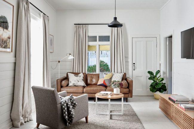 Светлая современная гостиная с небольшим журнальным столиком