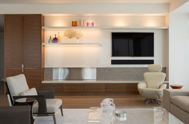 Светлые открытые полки расширяют интерьер гостиной