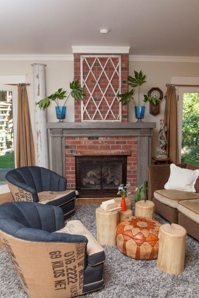 Контрастные кресла в интерьере гостиной стиля фьюжн