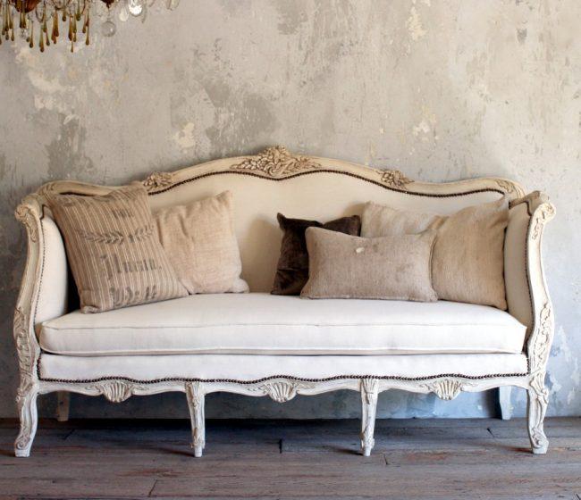 Эффектное сочетание подушек из мешковины и винтажного дивана