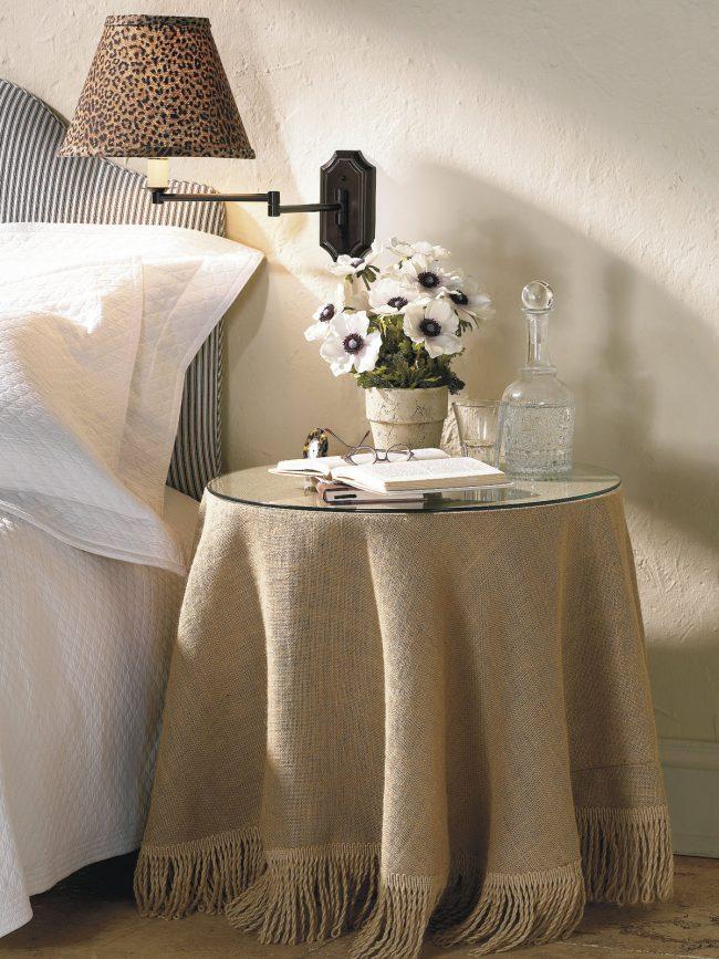 Прикроватный столик, украшенный скатертью из мешковины