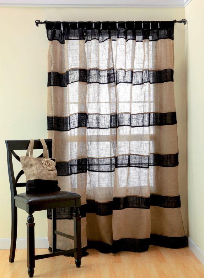 Полосатые шторы помогут зрительно увеличить комнату