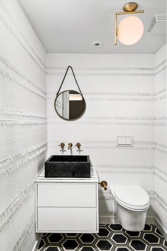 Отделка стен белой мешковиной гигиенической комнаты