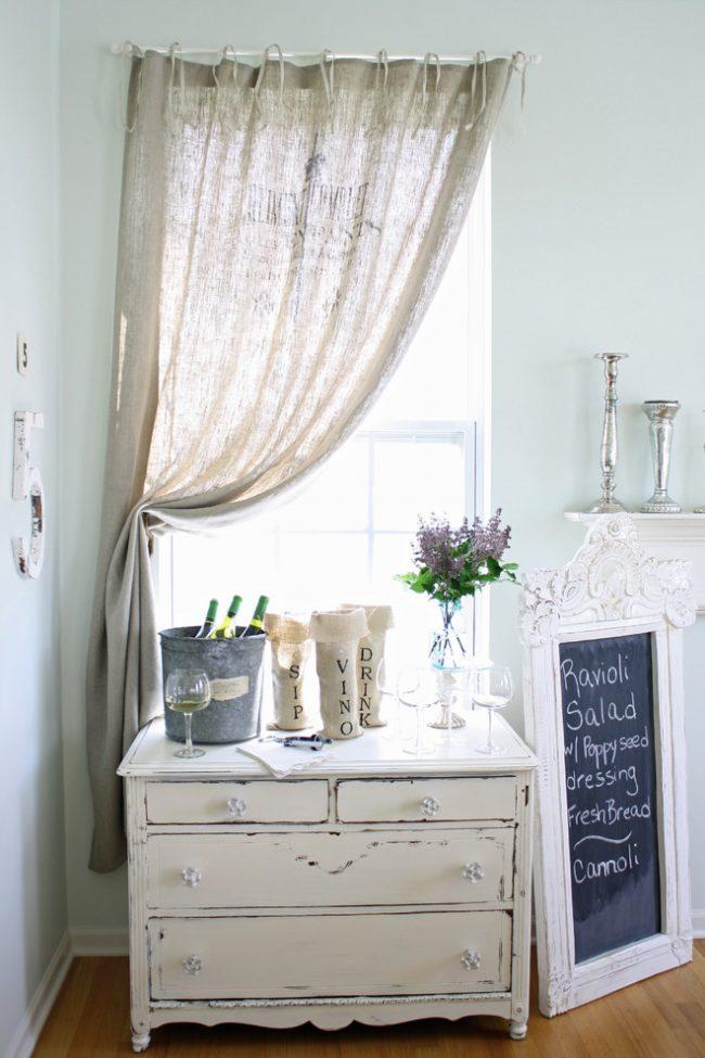 Гармоничное сочетание занавески из мешковины и мебели в стиле прованс