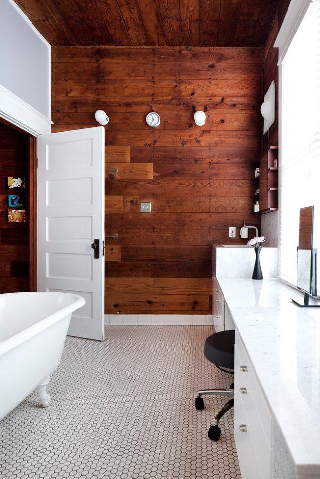 Контрастный интерьер небольшой ванной комнаты