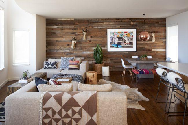 Деревянная отделка стены придаст вашему интерьеру уникальности