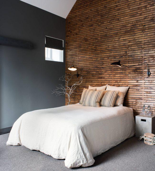 Красивое сочетание серого цвета и тонированного дерева в дизайне стильной спальни