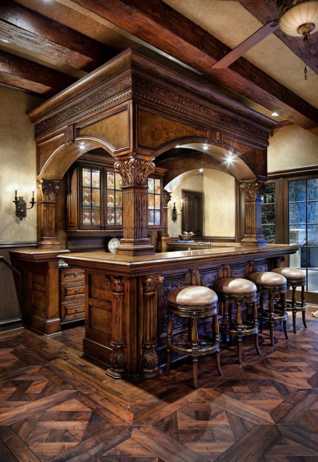 Эффектная деревянная барная стойка с резными элементами