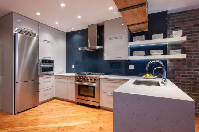 Красивая и очень удобная кухня в современном стиле
