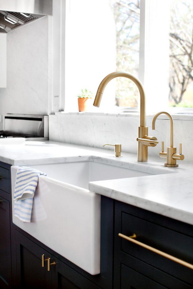 Чтобы кран подачи очищенной воды не выпадал из общего дизайна, можно приобрести сразу комплект кранов
