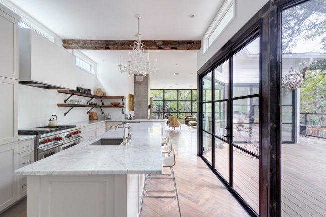 Прекрасная кухня загородного дома в белом цвете