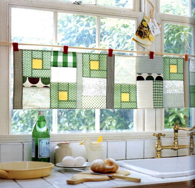 Небольшая занавеска из лоскутков на кухонном окне