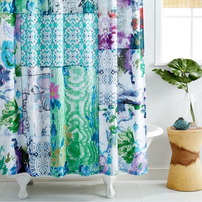 Красивые шторы из лоскутков в интерьере ванной комнаты