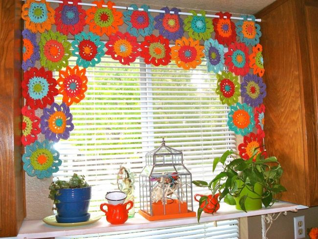 Яркие вязаные шторы на кухне