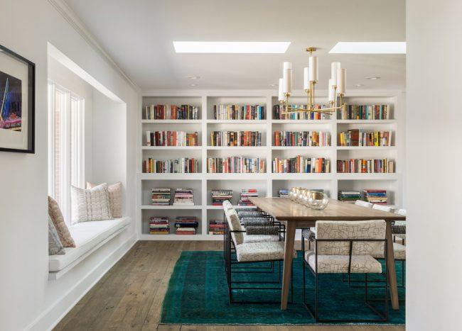 Столовая с подоконником-диваном и большими книжными полками