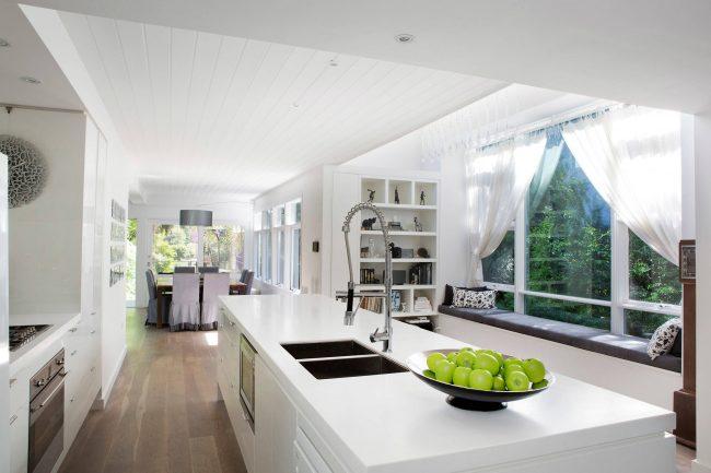 Минимализм в интерьере кухни частного дома
