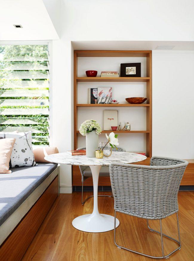 Уютная зона отдыха с подоконником-диваном из дерева