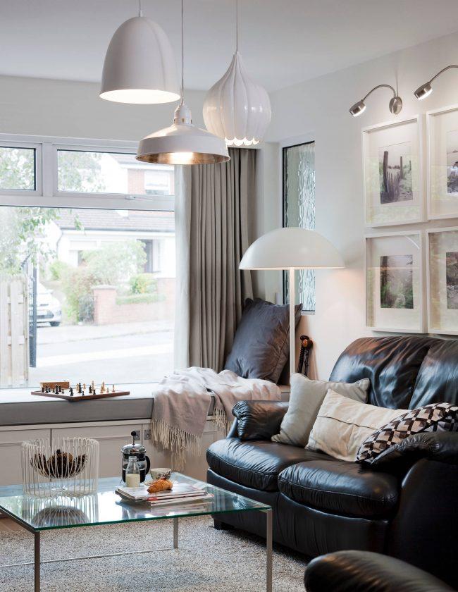 Подоконник-диван в интерьере классической гостиной