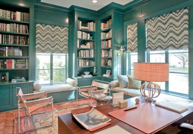Подоконник-диван: удачное контрастное сочетание цветов в интерьере гостиной