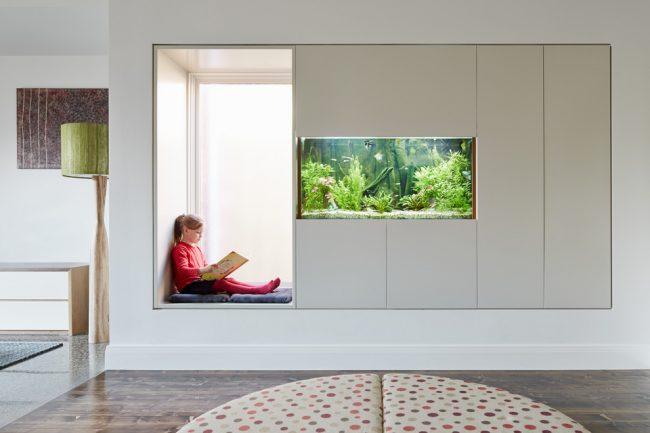 Широкий подоконник с местом для отдыха отлично подойдет для детской комнаты