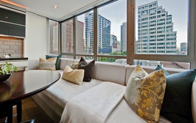 Подоконник-диван в дизайне лоджии квартиры многоэтажки
