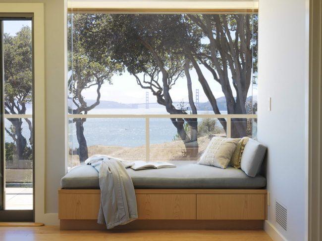 Подоконник-диван с прекрасным видом на озеро