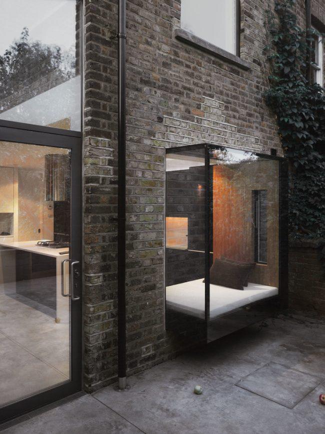 Стеклянный балкон с местом для отдыха - очень смелое решение