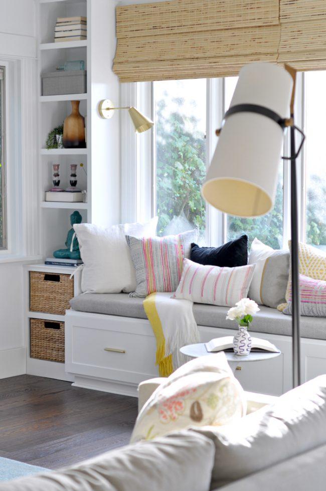 Диванчик на подоконнике - отличное дополнение к интерьеру гостиной