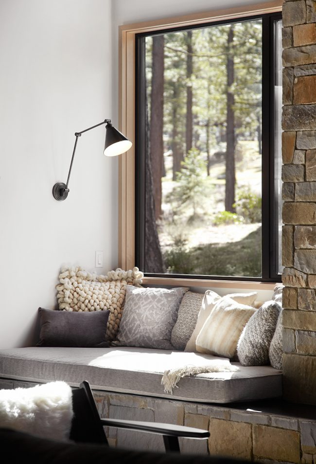 Подоконник-диван в интерьере частного дома