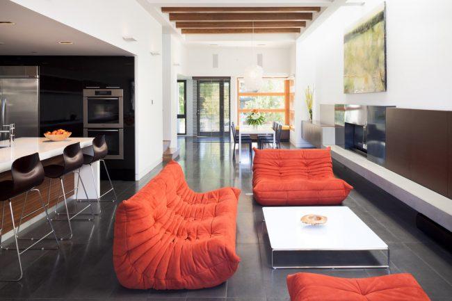 Красные раскладные диваны в интерьере современной квартиры-студии