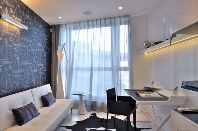 Уютная спальня с раскладным диваном из эко-кожи