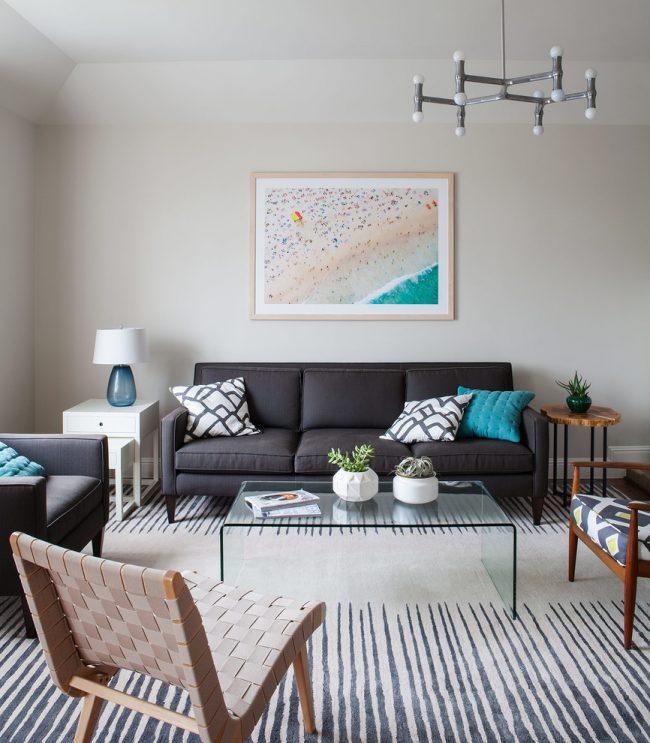 Стильный «диван книжка» в интерьере гостиной