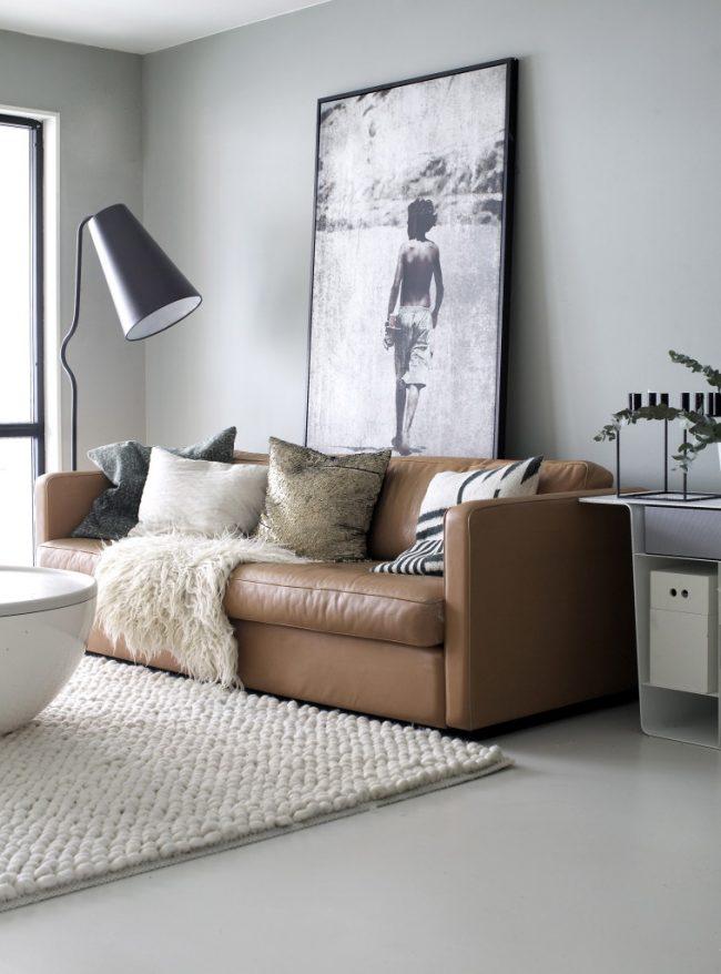 Красивый кожаный диван, который с легкостью может превратиться в двуспальную кровать