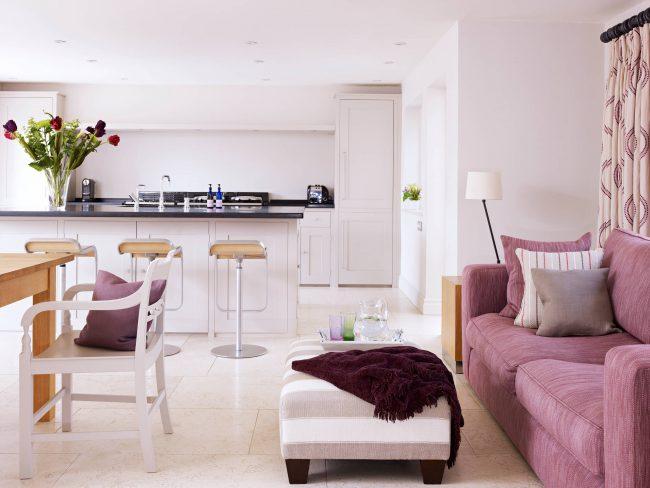 Прямые диваны раскладные на каждый день: раскладной диван пепельно-розового цвета в интерьере белой кухни
