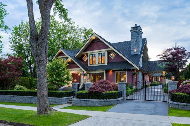 Прекрасное сочетание цвета фасада и дизайна ландшафта
