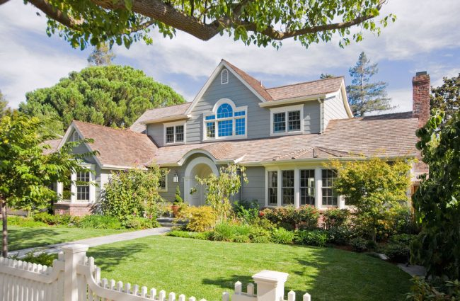 Двухэтажный загородный дом с красивым ландшафтом