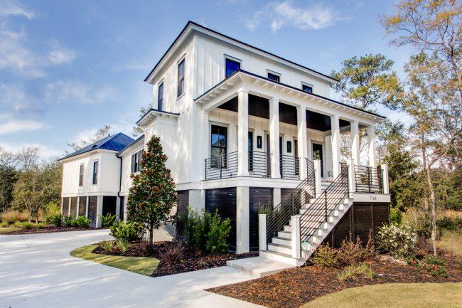 Белоснежный загородный дом с большой крытой террасой